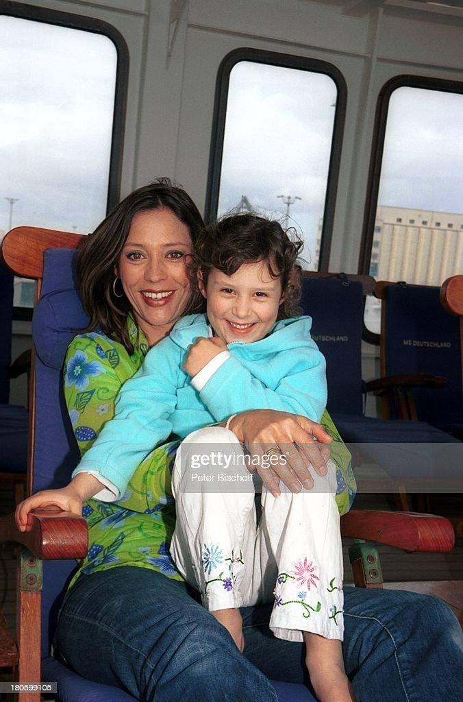 Carin C. Tietze, Tochter Lilly June Tietze, (5 Jahre), am Rande  : News Photo