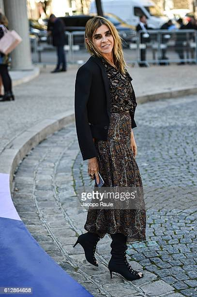 Carine Roitfeld is seen arriving at Miu Miu Fashion show during Paris Fashion Week Spring/Summer 2017 on October 5 2016 in Paris France
