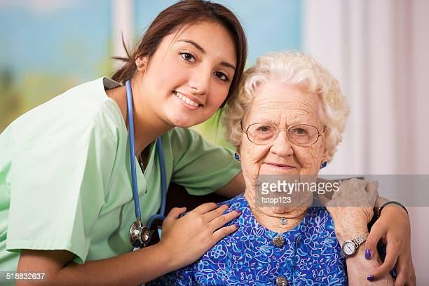 Fürsorgliche, hispanic Krankenschwester und senior patient im Altersheim.