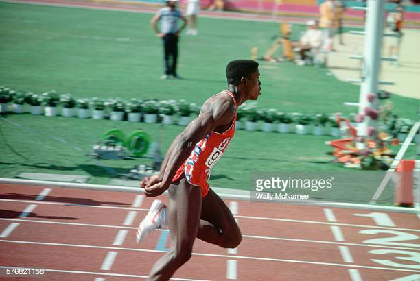 carl lewis winning 100-meter dash - the olympic games stock pictures, royalty-free photos & images
