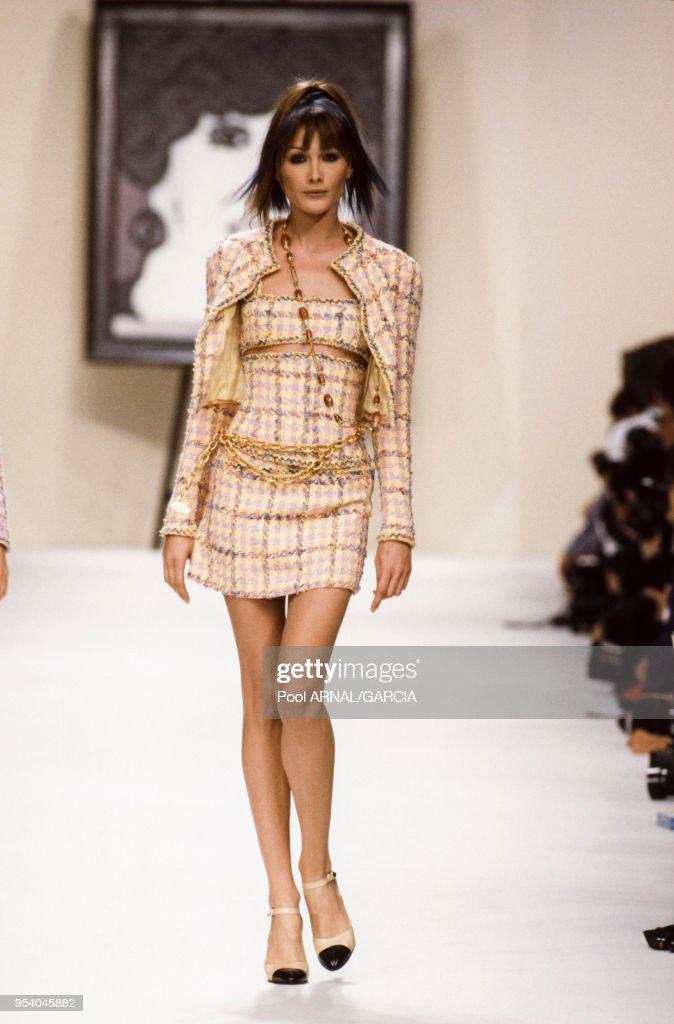 Carla Bruni Au Defile Chanel Pret A Porter Collection Ete 1994 A News Photo Getty Images