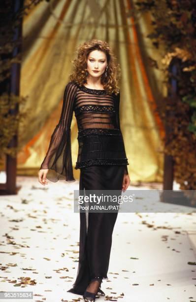 Carla Bruni au défilé Valentino, Haute-Couture, Collection Automne-Hiver 1994-95 à Paris en juillet 1994, France.