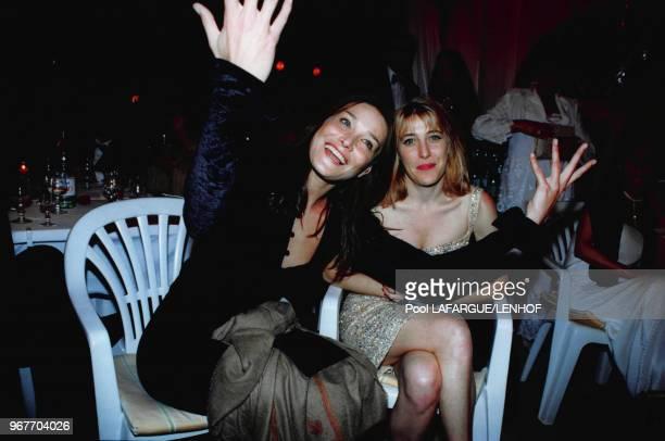 Carla Bruni et sa soeur Valeria Bruni Tedeschi le 19 mai 1999 à Cannes France