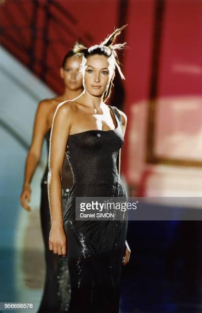 Carla Bruni lors du défilé HauteCouture automnehiver 19961997 de Versace en juillet 1996 à Paris France
