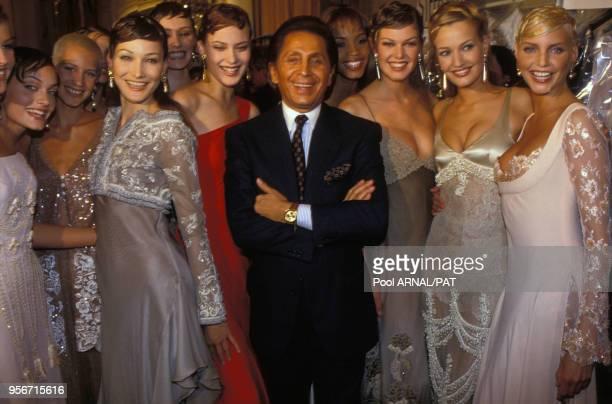 Carla Bruni, Valentino Garavani, Karen Mulder et Nadja Auermann au défilé Valentino, Haute-Couture, Collection Printemps-été 1994 à Paris en janvier...