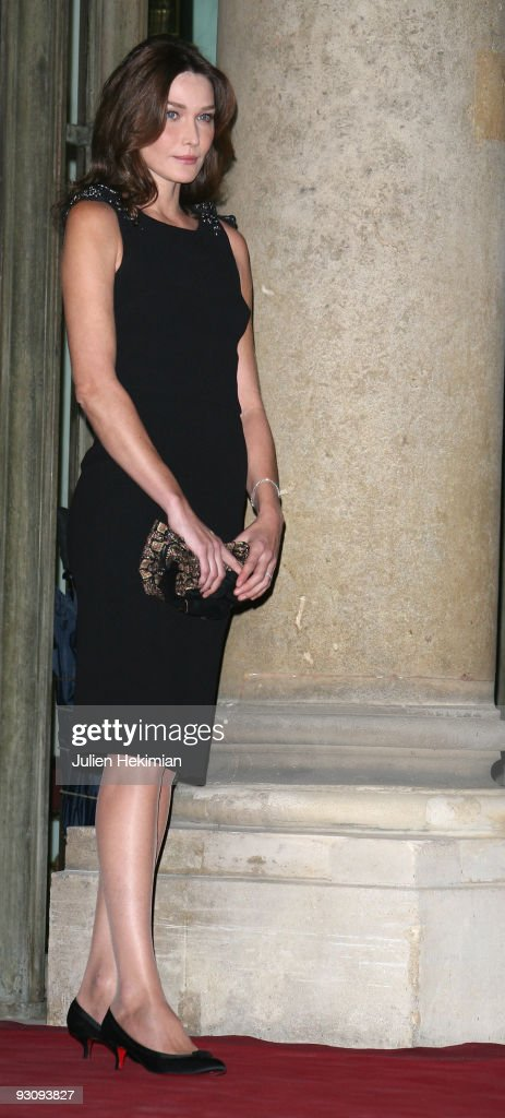 Carla Bruni-Sarkozy attends the dinner honoring Iraq President Jalil Talabani at Elysee Palace on November 16, 2009 in Paris, France.