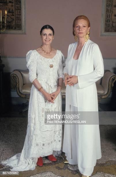 Carla Fendi a gauche a la soiree antiSIDA organisee par Elizabeth Taylor le 12 mai 1993 a Venise Italie