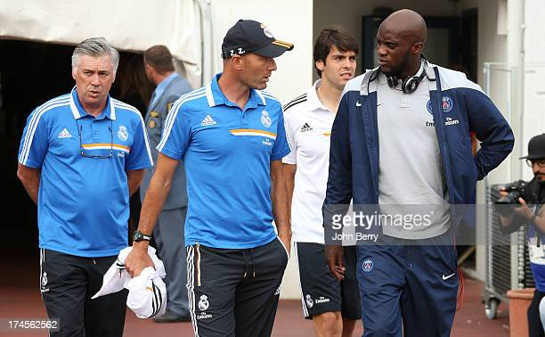 Carlo Ancelotti coach of Real Madrid his assistantcoach Zinedine Zidane Mohamed Sissoko of PSG chat prior to the friendly match between Real Madrid...