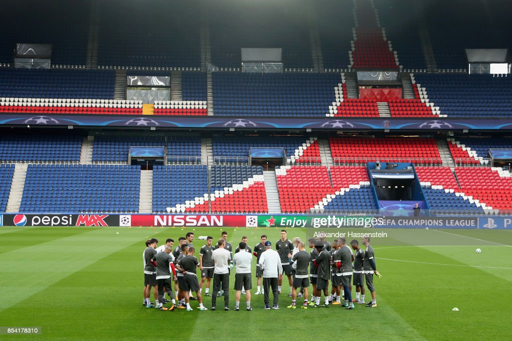 Carlo Ancelotti, head coach of Bayern Muenchen talks to his playefrs prior to a training session ahead of the UEFA Champions League Group B match against Paris Saint Germain (PSG) at Parc des Princes on September 26, 2017 in Paris, France.