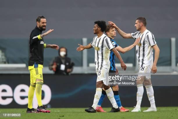 Carlo Pinsoglio of Juventus congratulates team mate Juan Cuadrado as Nicolo Barella of Internazionale salutes Merih Demiral of Juventus following the...