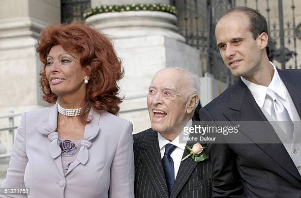 Carlo Ponti between son Edouard and wife Sophia Loren leaves St Stephen's Basilica after his son's wedding to Andrea Meszaros September 18 2004 in...