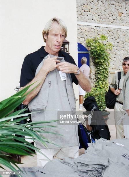 Carlo Tränhardt kauft sich ein Sweatshirt beim Boris Becker Golf Trophy 2001 im Dorint Royal Golfresort & Spa Camp de Mar auf Mallorca, Spanien 2001.