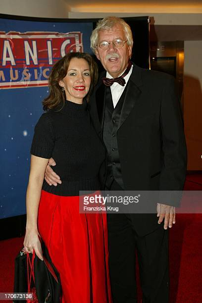 """Carlo Von Tiedemann + Freundin Julia Laubrunn Bei Der """"Titanic"""" Premiere In Hamburg Am 081202"""