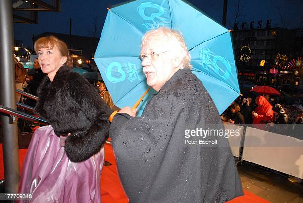 """Carlo von Tiedemann, Lebensgefährtin Julia Laubrunn, Fans, Presse, Welt-Premiere Musical """"Ich war noch niemals in New York"""" nach Hits von U D O J † R..."""