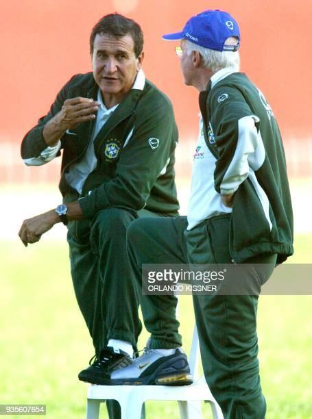 Carlos Alberto Parreira técnico de la selección brasileña de fútbol dialoga con su coordinador Mario Jorge Lobo Zagalo durante un entrenamiento en el...