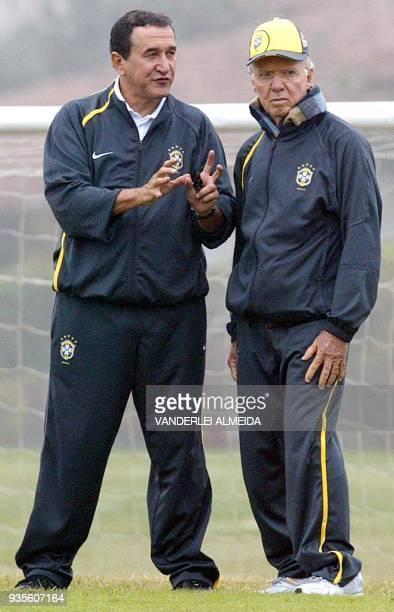 Carlos Alberto Parreira técnico y Mario Jorge ¨Lobo¨ Zagalo coordinador de la selección brasileña de fútbol observan a los jugadores durante un...