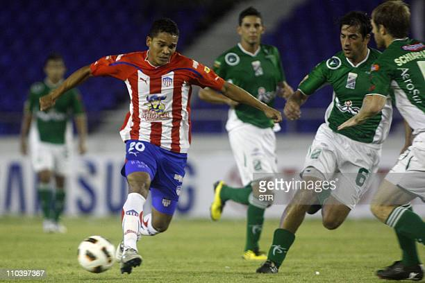 Carlos Bacca of Colombia's Junior de Barranquilla vies for the ball with Martin Camaanio of Bolivia's Oriente Petrolero during their Copa...