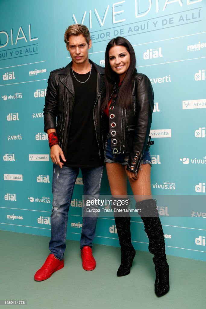 ¿Cuánto mide Maite Perroni? - Real height Carlos-baute-and-maite-perroni-attend-vive-dial-festival-photocall-on-picture-id1030414778