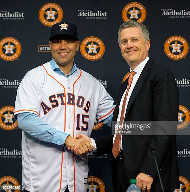 Carlos Beltran shakes hands with Houston Astros general manager Jeff Luhnow during a press conference after agreeing to terms on a oneyear deal with...