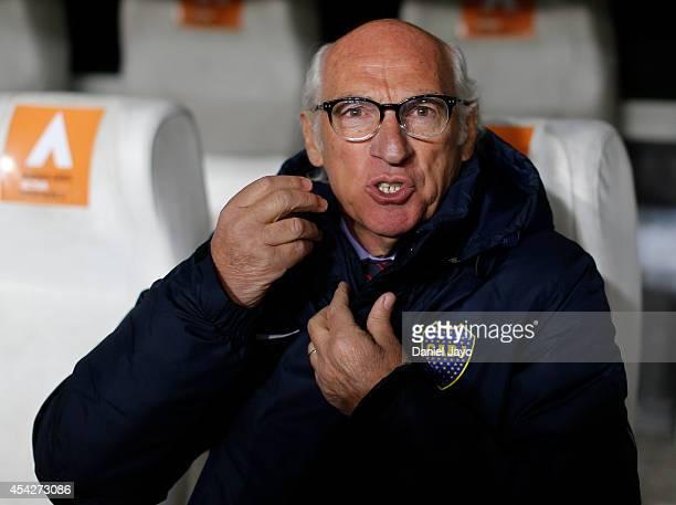 Carlos Bianchi coach of Boca Juniors gestures before a match between Estudiantes and Boca Juniors as part of forth round of Torneo de Transicion 2014...