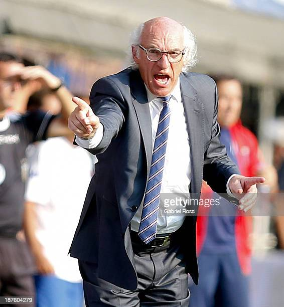 Carlos Bianchi coach of Boca Juniors gestures during a match between Boca Juniors and Tigre as part of round 15th of Torneo Inicial at Alberto J...