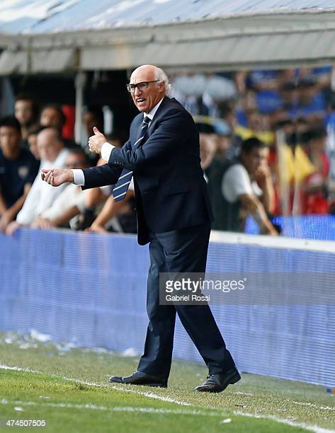 Carlos Bianchi coach of Boca Juniors gives instructions to his players during a match between Boca Juniors and Estudiantes as part of forth round of...