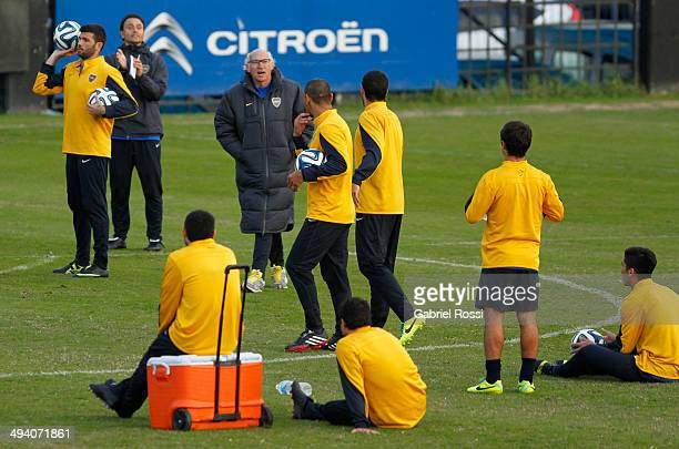 Carlos Bianchi coach of Boca Juniors gives instructions to his players during a training session at Casa Amarilla on May 27 2014 in Buenos Aires...