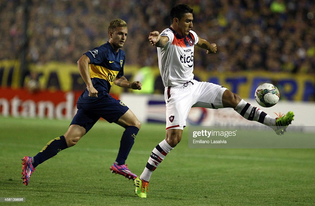 Carlos Bonet of Cerro Porteno controls the ball being wathced by Nicol?s Colazzo of Boca Juniors during a first leg match between Boca Juniors and Cerro Porte?o as part of quarter finals of Copa Total Sudamericana 2014 at Alberto J Armando Stadium on October 30, 2014 in Buenos Aires, Argentina.