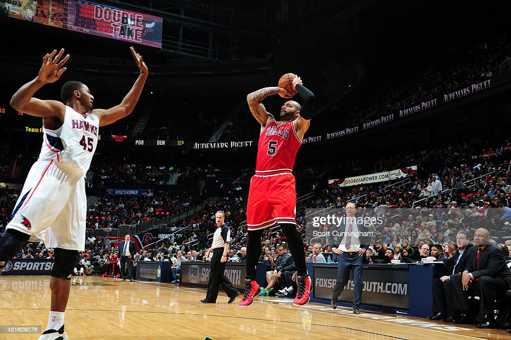 Carlos Boozer #5 of the Chicago Bulls shoots against the Atlanta Hawks on February 25, 2014 at Philips Arena in Atlanta, Georgia.