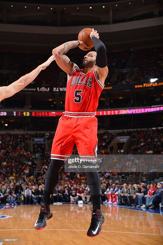 Carlos Boozer #5 of the Chicago Bulls shoots against the Philadelphia 76ers on December 12, 2012 at the Wells Fargo Center in Philadelphia, Pennsylvania.