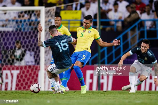 Carlos Casemiro of Brazil fights for the ball with Rodrigo de Paul of Argentina during the international friendly match between Brazil and Argentina...