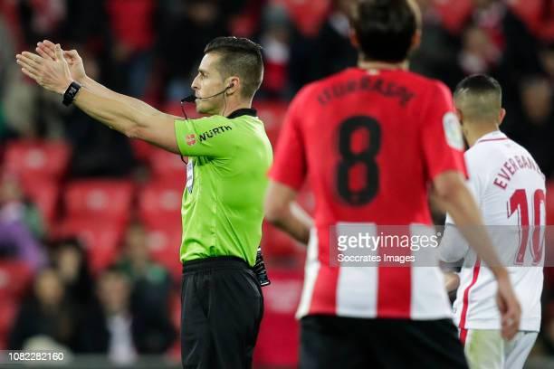 Carlos del Cerro Grande referee Ander Iturraspe of Athletic Bilbao Ever Banega of Sevilla FC during the La Liga Santander match between Athletic de...