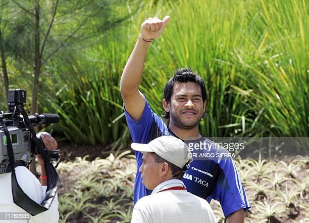 Carlos El Pescado Ruiz delantero del FC Dallas saluda durante un entrenamiento de la seleccion de futbol de Guatemala en el Proyecto Goal al este de...