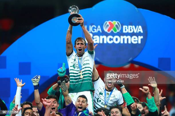 Carlos Izquierdoz of Santos Laguna lifts the Championship Trophy after the Final second leg match between Toluca and Santos Laguna as part of the...