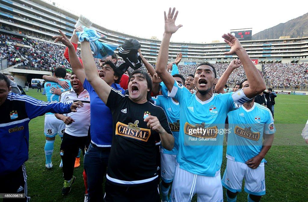Universitario v Sporting Cristal - Torneo Apertura 2015 : News Photo