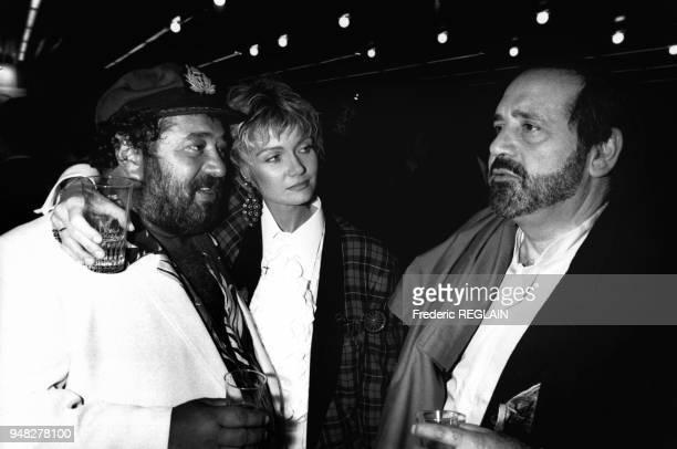 Carlos Mimi Coutelier et Jean Yanne lors de la 2500e émission 'Les grosses têtes' de Philippe Bouvard en novembre 1985 Paris France