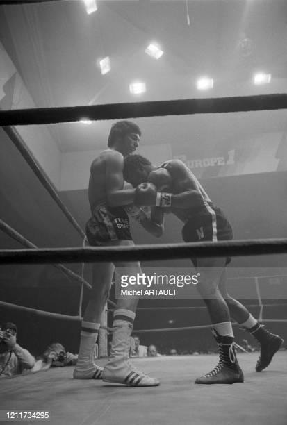 Carlos Monzon et José Nápoles lors du combat pour le championnat du monde des poids moyens organisé par Alain Delon à Puteaux le 9 février 1974,...