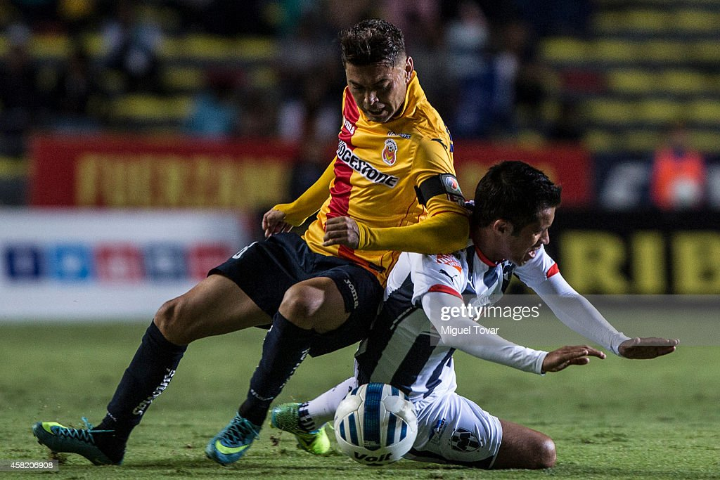 Carlos Morales of Morelia (L) fights for the ball with Severo Meza of Monterrey (R) during a match between Morelia and Monterrey as part of 15th round Apertura 2014 Liga MX at Jose Maria Morelos y Pavon Stadium on October 31, 2014 in Morelia, Mexico.