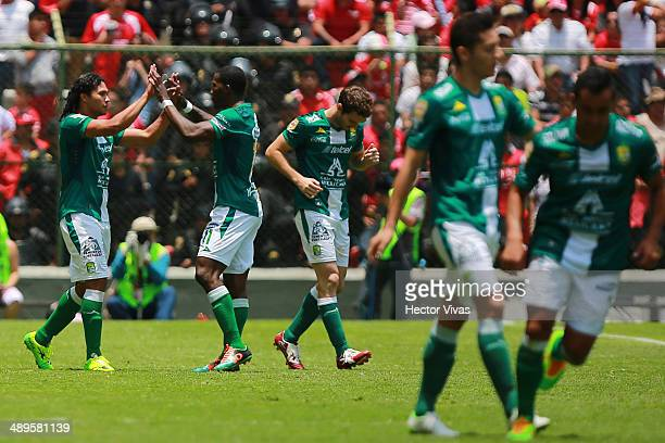 Carlos Peñ–a of Leon celebrates with his teammates after scoring the opening goal against Toluca during the Semifinal second leg match between Toluca...