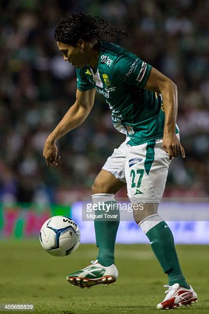 Carlos Pen–a of Leon controls the ball during the leg 1 of a Championship match between Leon and America as part of the Playoffs Apertura 2013 Liga...