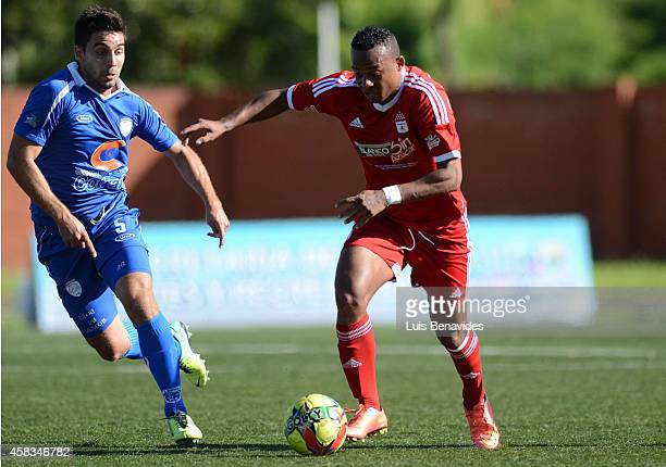 Carlos Peralta of America de cali fights for the ball with Carlos Naranjo of Rionegro during a match between Rionegro a America de Cali as part of...