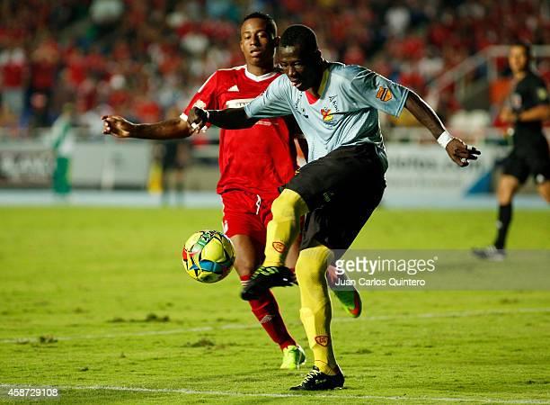 Carlos Peralta of America de Cali struggles for the ball with Carlos Sinisterra of Deportivo Pereira during a match between América de Cali and...