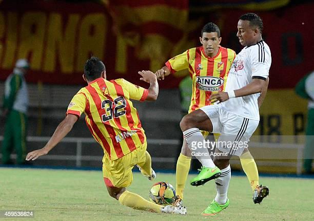 Carlos Peralta of America de Cali struggles for the ball with Eder Castañeda of Deportivo Pereira during a match between Deportivo Pereira and...