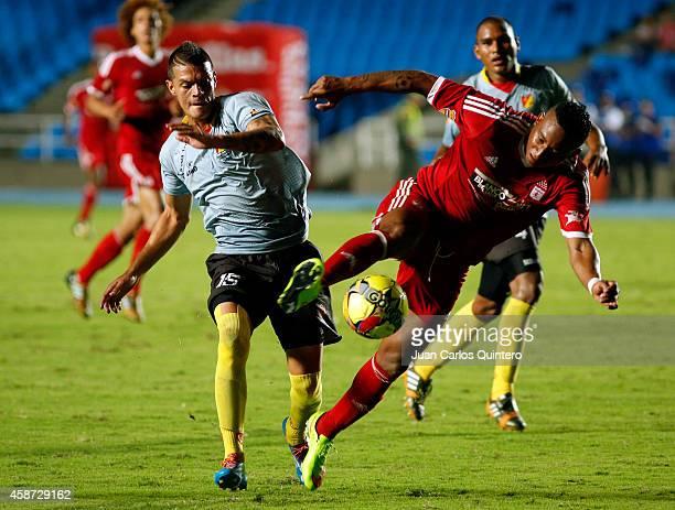 Carlos Peralta of America de Cali struggles for the ball with Edwin Posada of Deportivo Pereira during a match between América de Cali and Deportivo...