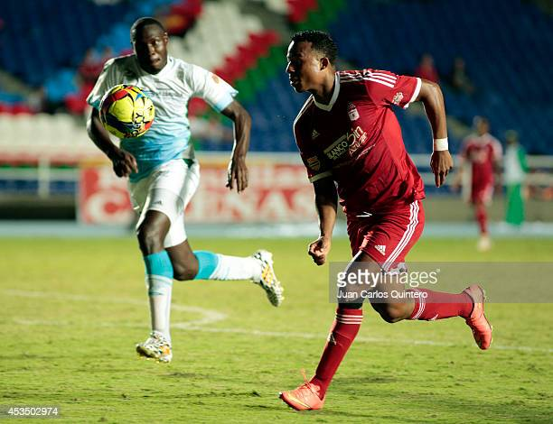 Carlos Peralta of America de Cali struggles for the ball with Elkin Mosquera of Jaguares during a match between America de Cali and Jaguares as part...