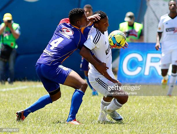 Carlos Peralta of America de Cali struggles for the ball with Jesus Mena of U Popayan during a match between U Popayán and America de Cali as part of...