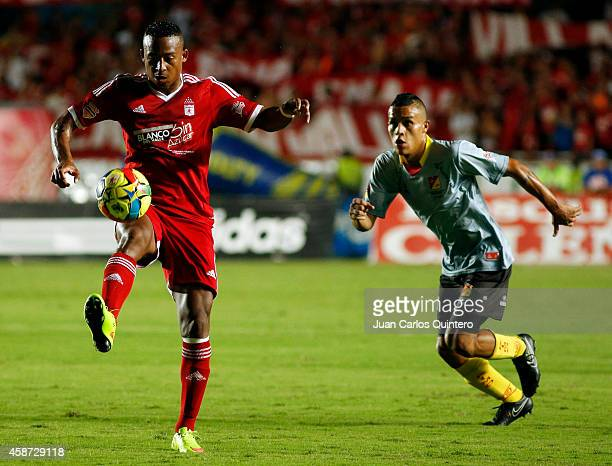 Carlos Peralta of America de Cali struggles for the ball with Juan David Rios of Deportivo Pereira during a match between América de Cali and...