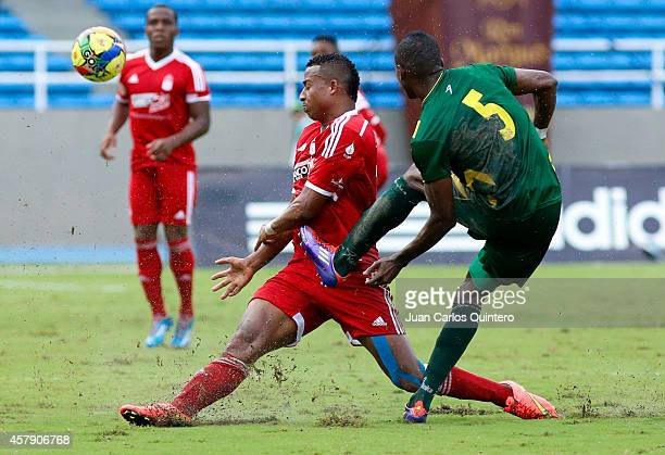 Carlos Peralta of America de Cali struggles for the ball with Wilmer Palacios of Quindio during a match between América de Cali and Quindio as part...