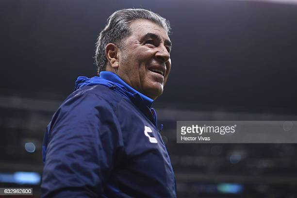 Carlos Reinoso Head Coach of Veracruz looks on during the 4th round match between America and Veracruz as part of the Torneo Clausura 2017 Liga MX at...