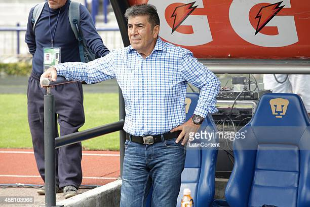Carlos Reinoso of Veracruz shouts instructions to his players during an 8th round match between Pumas UNAM and Veracruz as part of the Apertura 2015...
